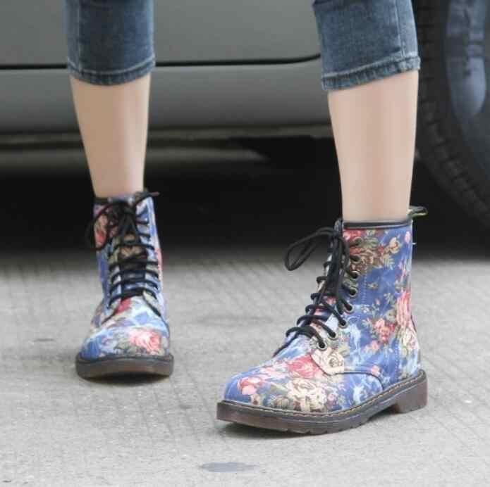 HUANQIU Artı Boyutu Moda Sonbahar Güzel çiçekli ayakkabı Kadın Dantel-Up Motosiklet Inek Kas Kovboy Düz yarım çizmeler Wyq167