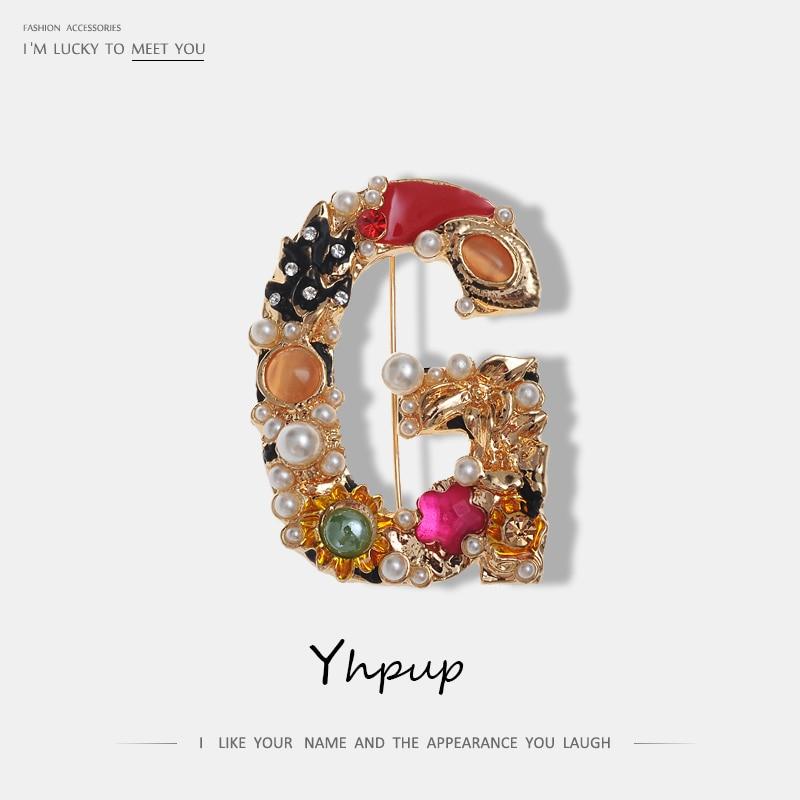 Yhpup carta g broche de ouro imitação pérolas charme de luxo gem feminina marca de moda broches pinos roupas acessórios