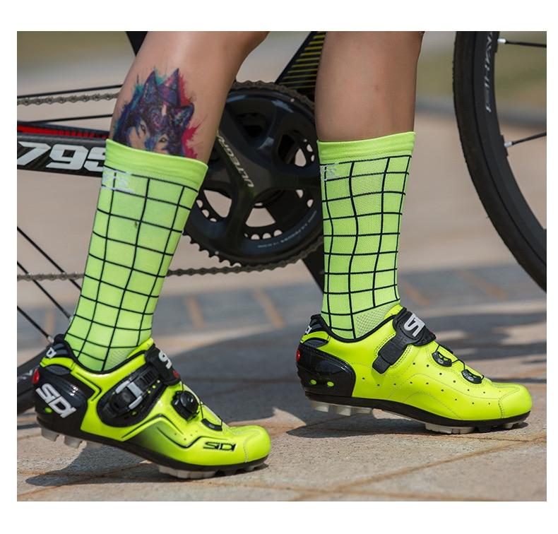 купить DH SPORTS Top Quality Professional Plaid socks Cycling Socks Breathable Bicycle Bike Socks Outdoor Lattice Racing Cycling Sock по цене 166.59 рублей