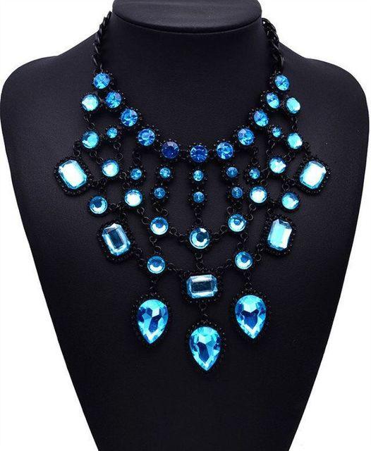 Фото женское ожерелье с подвеской в виде капли массивное кристаллами