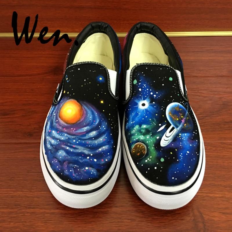 e34cec772 Wen Preto Sapatos Pintados à mão do Desenho Original Personalizado Galaxy  Espaço Planeta Escorregar Nas Sapatilhas Da Lona das Mulheres Dos Homens  para o ...