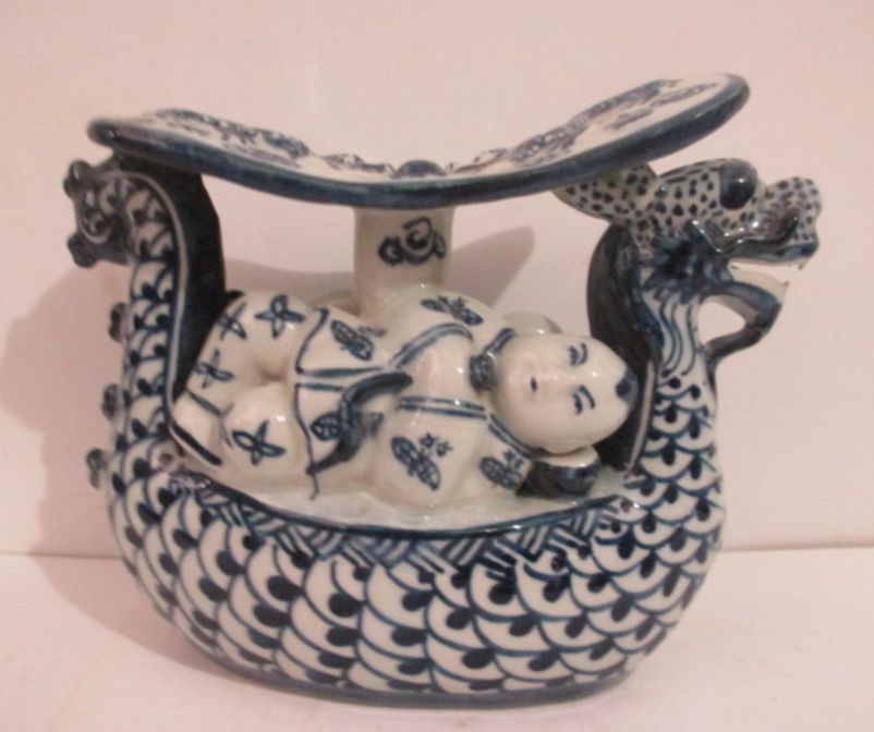 Chinese blue and white porcelain naughty children.The dragons pillowChinese blue and white porcelain naughty children.The dragons pillow