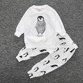 Otoño bebé de la ropa del bebé de manga larga Del O-cuello de algodón animal pingüino lindo impresión ropa set ropa de bebe