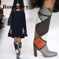 Мода в Европе и Америке в клетку женская обувь смешанных цветов на высоком каблуке круглый носок до середины икры с заклепками длинные и кор