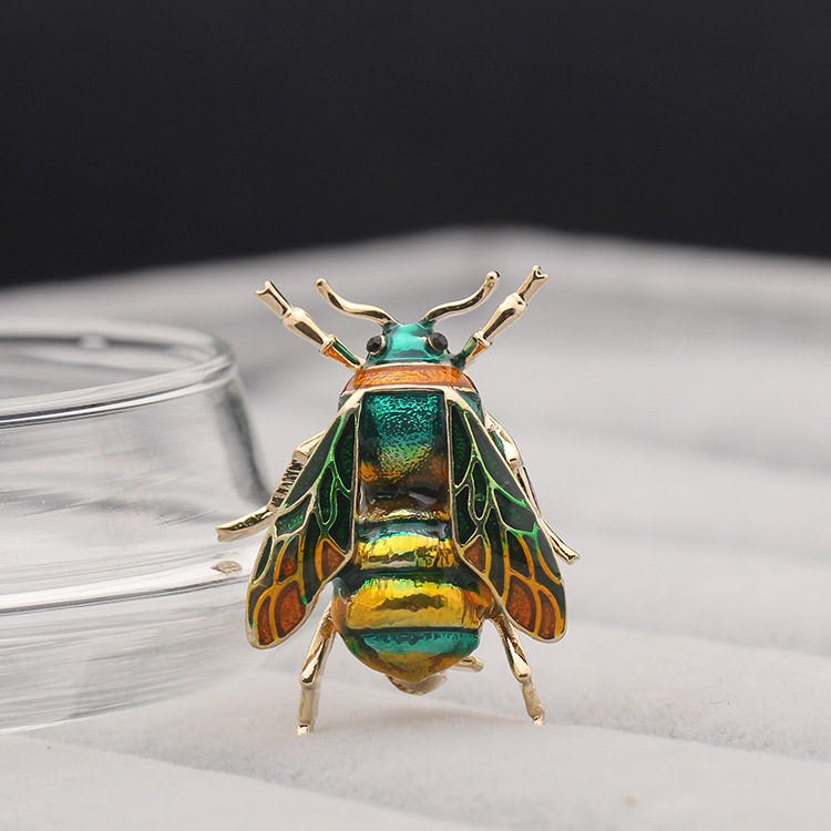 Bee Brooch Enamel Pin Women Femme Ladies Cute Insect Badges for Dresses Collar Christmas Suit Coat Sweater Broches Bijou Brosche