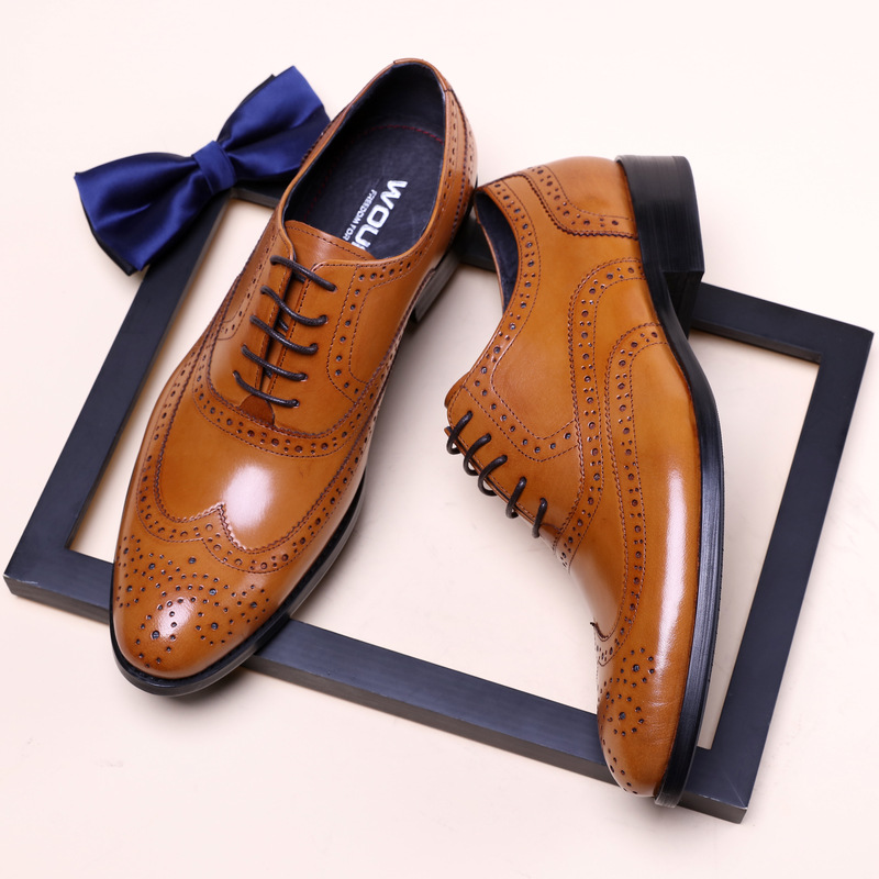 New men's pointed leather shoes are dressed in business leather shoes hollow embossed with casual shoes men's shoes платья dressed in green платье