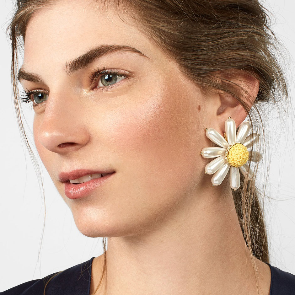 JUJIA New Fashionable Exaggerated Jewelry Acrylic Daisy Flowers Stud Earrings For Women Charm Accessories