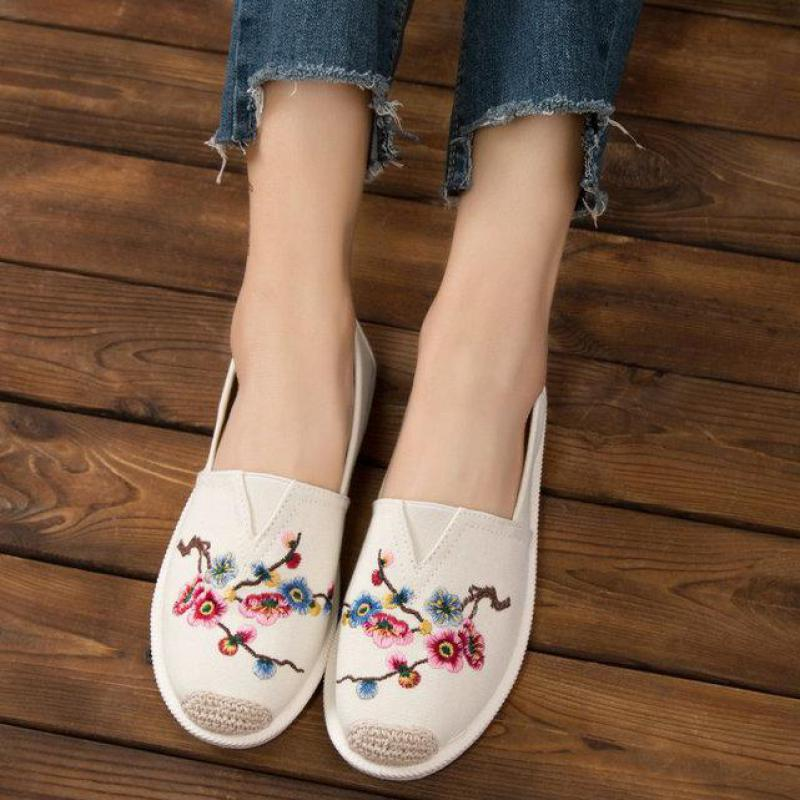Embroidery Canvas Shoes Fashion Soft Driving Casual Loafers Lazy Boat Shoes Women Breathable Slip On Comfortable Ballet Flats women shoes 2018 new footwear slip on ballet hollow genuine breathable soft flat shoes women comfortable loafers shoes ladies