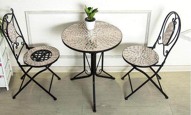 Cadeiras de varanda. mesa de mosaico