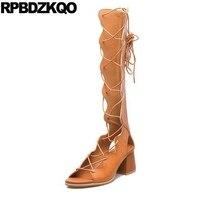 Nhà thiết kế Giày Phụ Nữ Sang Trọng 2017 Dép Cổ Điển Rộng Bê Ren Up Boots Mùa Hè Chunky Dài Gladiator Gối Chân Mở Cao Roman