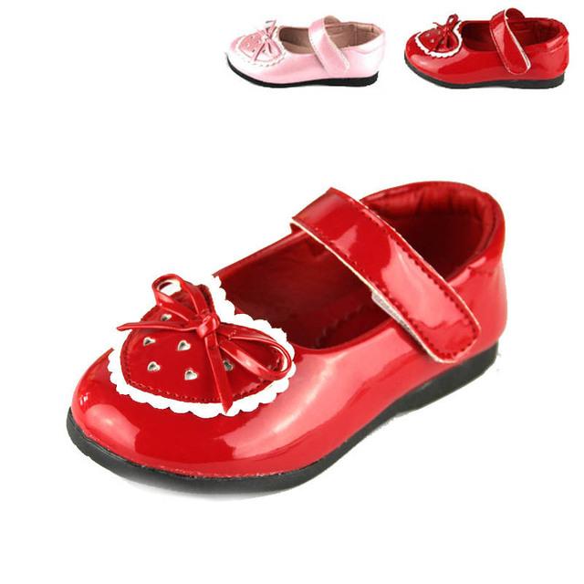 2016 Niña Niña Princesa Infantil Zapatos Niños Calzado de Cuero Superficial En Forma de Corazón Zapatos de Los Niños Niñas Primeros Caminante