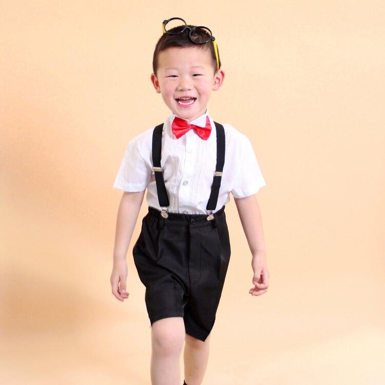 Niño del servicio coral del traje pantalones cortos del