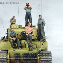 1:35 German soldiers in World War II tanks