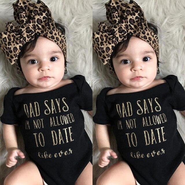 Ropa moderna para niñas y bebés con hombros descubiertos con estampado de letras de verano mono de manga corta con diadema de leopardo conjunto casual de algodón de 2 piezas