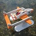 A criança está voando robô diy montagem do enigma brinquedos ciência