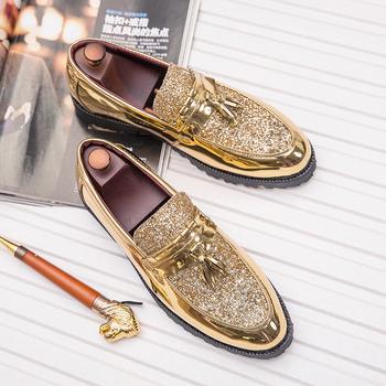 Nowe modne męskie buty ślubne buty pana młodego lakierowane brokatowe diamentowe elementy błyszczące osobowości wskazał złote buty loafe tanie i dobre opinie NoEnName_Null RUBBER WJ-02679 Slip-on Pasuje prawda na wymiar weź swój normalny rozmiar Mokasyny Stałe Dla dorosłych