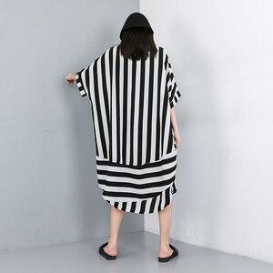 Image 4 - [EAM] 2020 새로운 봄 여름 옷깃 하프 슬리브 블랙 스트라이프 인쇄 분할 공동 큰 크기 셔츠 여성 블라우스 패션 조수 JW574