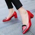 2017 Sólido Más El Tamaño 34-40 Mujer Stilettos Chaussure Femme Garra de Metal Anillos Del Corazón Zapatos de Cuero Bombas de Las Mujeres Mediano Tacón cuadrado