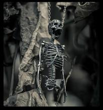 Оригинальный дизайн ювелирные изделия S925 стерлингового серебра Череп Половина тела Скелет кормовой кости мужчин и женщин кулон ожерелье