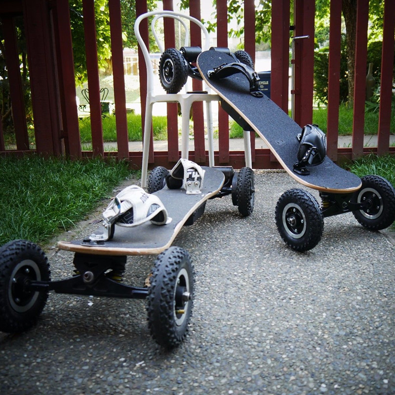Электрический скейтборд с питанием от больших колес
