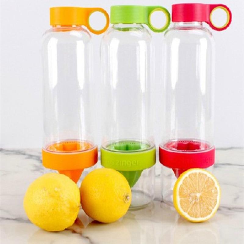 Deporte de la manera botella de agua potable de lemon beber jugo de fruta exprim