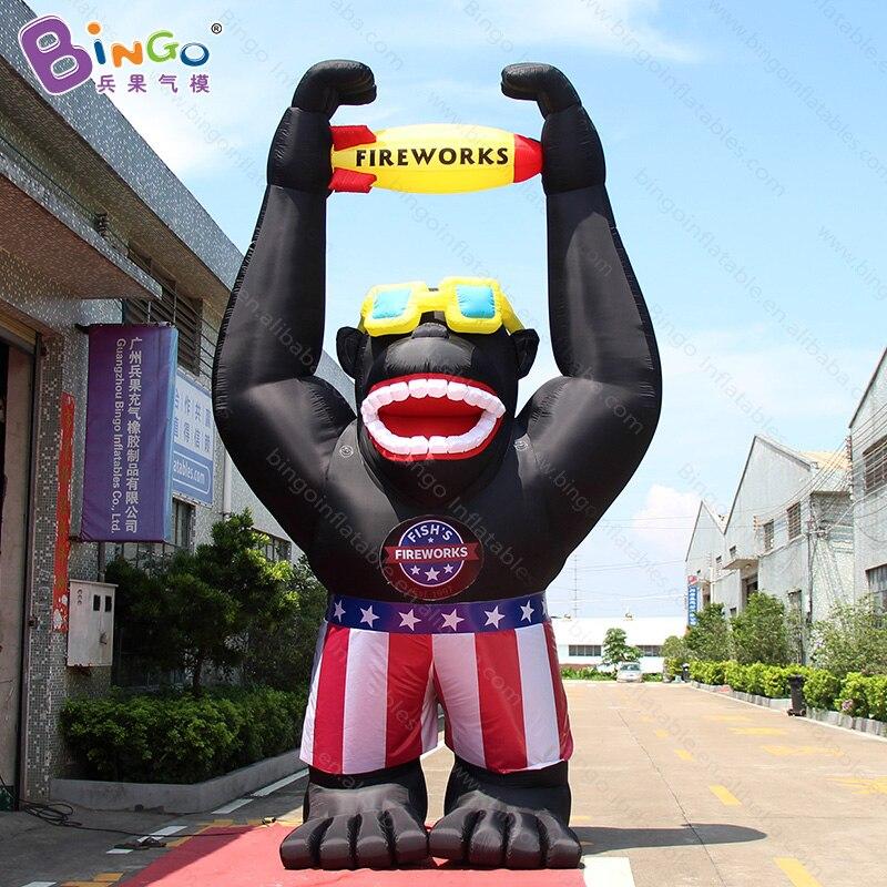 Grand gorille gonflable adapté aux besoins du client de 20 pieds de haut avec la fusée promotionnelle 6 mètres grands inflatables de singe pour des jouets de décoration