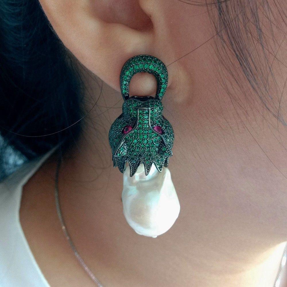 Boucles doreilles en perles blanches Keshi vert CZBoucles doreilles en perles blanches Keshi vert CZ