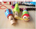 Дети играют музыкальный инструмент мультфильм животных птица свисток деревянный музыкальный инструмент игрушки окружающей сумка висит капля