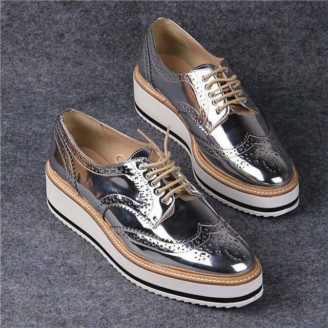 e9b4287b451 2015 Fashion Street Style Shiny Silver Closed Toe Lace Up Women's Metallic  Oxfords Low Heel Sneakers Brogue Casual Derby Shoes en Pisos de las mujeres  de ...