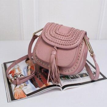 b1eff745af006 Hakiki deri postacı çantası perçinler için Tassen moda ünlü markalar  tasarımcı tarzı omuzdan askili çanta kadın 2017 çanta