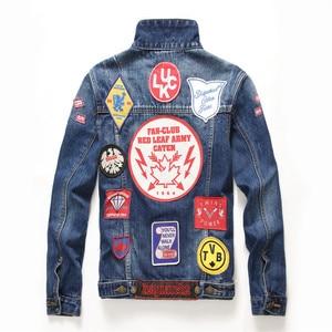 Image 2 - Hip Hop Mens Giubbotti e Cappotti Vintage Distintivo Toppe E Stemmi Dipinto di Blu Giacca di Jeans Alla Moda Rappezzatura Sottile A Maniche Lunghe Cappotti DS50550