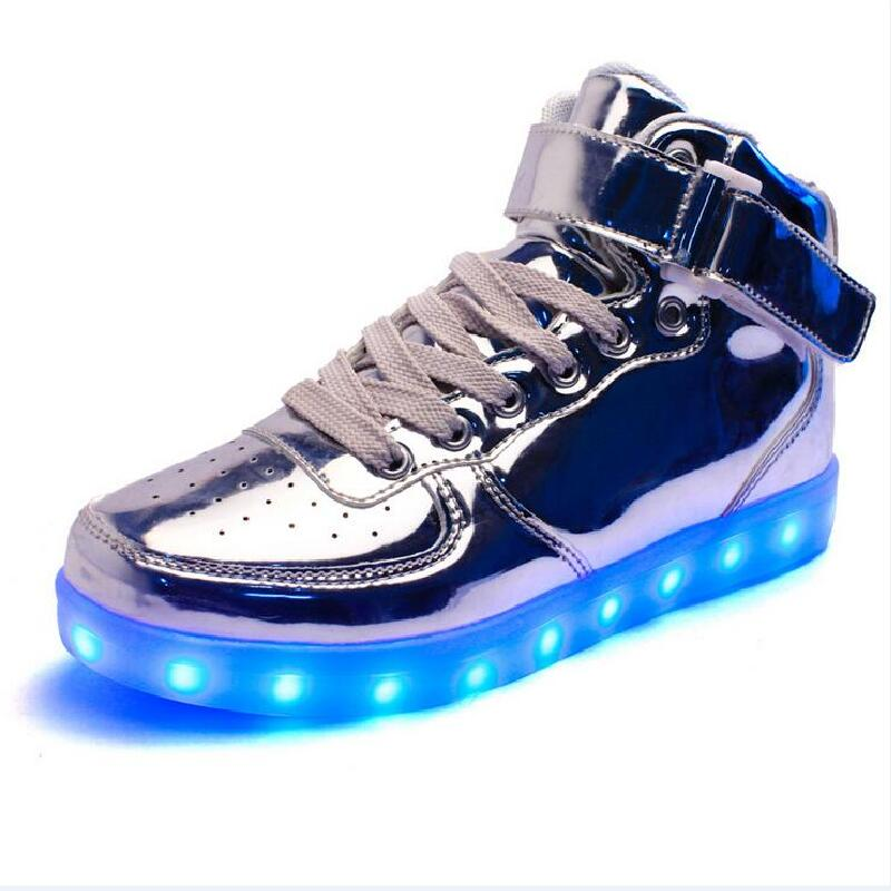 цены на 2018 women lights up led luminous shoes high top glowing casual shoes with new simulation sole charge for men adults neon basket