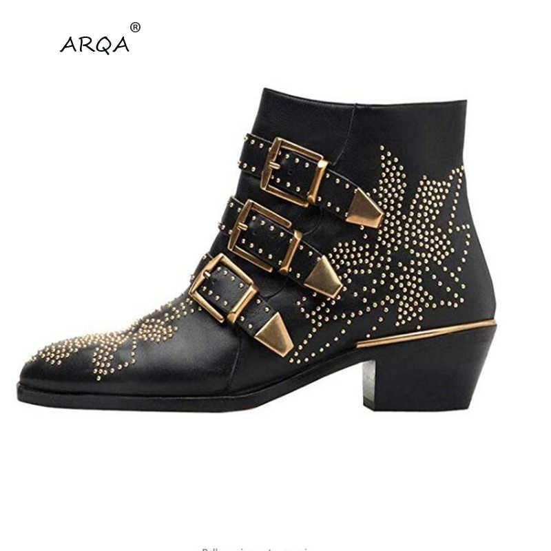 Зимние кожаные ботильоны с ремешком и пряжкой; женские брендовые ботинки с острым носком; ботинки в байкерском стиле; ботинки с заклепками; оптовая продажа