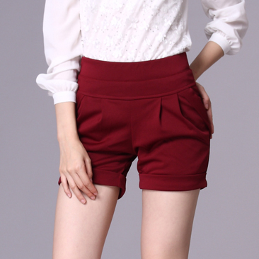 If you're looking for a tailored fit, then try a pair of handsome flat-front shorts that look right at home on the links or at a casual restaurant that serves your favorite brunch. Discover a fresh variety of bright shades, pastel hues and earthy tones for a hip, modern look and a color palette that looks best on you.