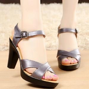Image 1 - 女性ハイヒール夏の女性の靴デザイナーグラディエーターサンダルハイヒールセクシーなピープトウクロスバンドブロックハイヒール黒 sandalias