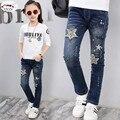 Novo 2017 Crianças da menina Calças Jeans Bordado tecido e Processo Vintage Ripped Jeans Para crianças de 3-13 anos desgaste