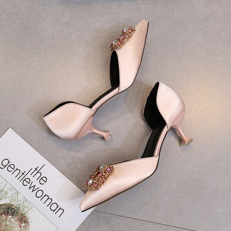 2018 ، المدببة جديدة رقيقة الكعب أحذية الزفاف جوفاء ل الإناث حجر الراين مربع التوى القط هي الأسود أحذية عمل-في أحذية نسائية من أحذية على  مجموعة 2
