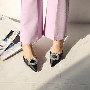 Image 2 - Mùa hè mới đế nhọn cao gót khóa đính kim cương giả giày Sandal Satin phiên bản Hàn Quốc của Hoang Dã Bao Đầu nữ thoáng mát Giày