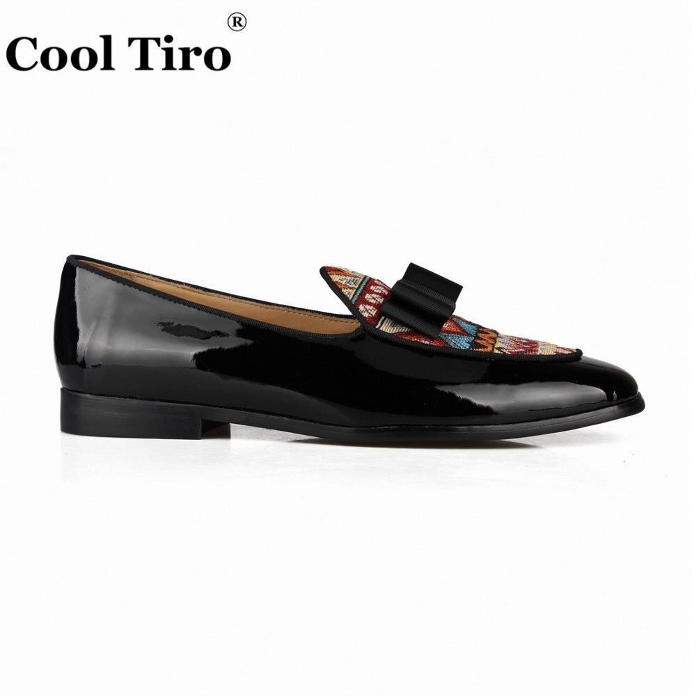 เย็นTiroสีดำสิทธิบัตรหนังโลฟเฟอร์ผู้ชายรองเท้าหนังนิ่มโบว์ผูกรองเท้าแตะชุดแต่งงานรองเท้าแฟลตรองเท้าลำลองชาติพันธุ์สไตล์ผ้าลินิน-ใน รองเท้าลำลองของผู้ชาย จาก รองเท้า บน   2
