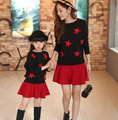 Розничная Мама и Дочь Соответствующие Одежда 2016 Мода Свитер Пуловер и юбка Установить Черный Красный Семья Посмотрите Девушка и Мать набор