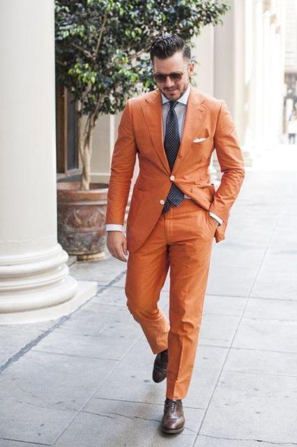 オレンジノッチラペル 2 ボタン男性スーツ、カスタマーオムファッションブレザー男性クールタキシードハンサム (ジャケット + パンツ + ネクタイ + ハンカチ)
