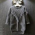 Ropa de los niños 2015 color puro de la muchacha del invierno suéter grueso suéter de punto de tocar fondo camisetas estilo borla larga suéter del bebé