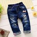 2016 estilo de La Manera Del Bebé Niñas pantalones de mezclilla niños del bowknot de la Flor infantil ropa de bebé ocasionales
