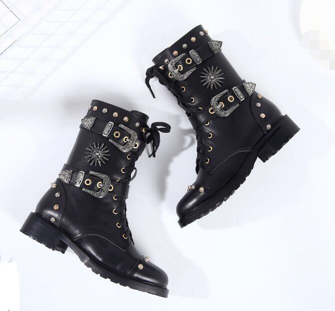 Новое поступление красивые женские зимние кожаные мотоботы черного цвета Боковая молния пряжка на ремешке сапоги для верховой езды в стиле