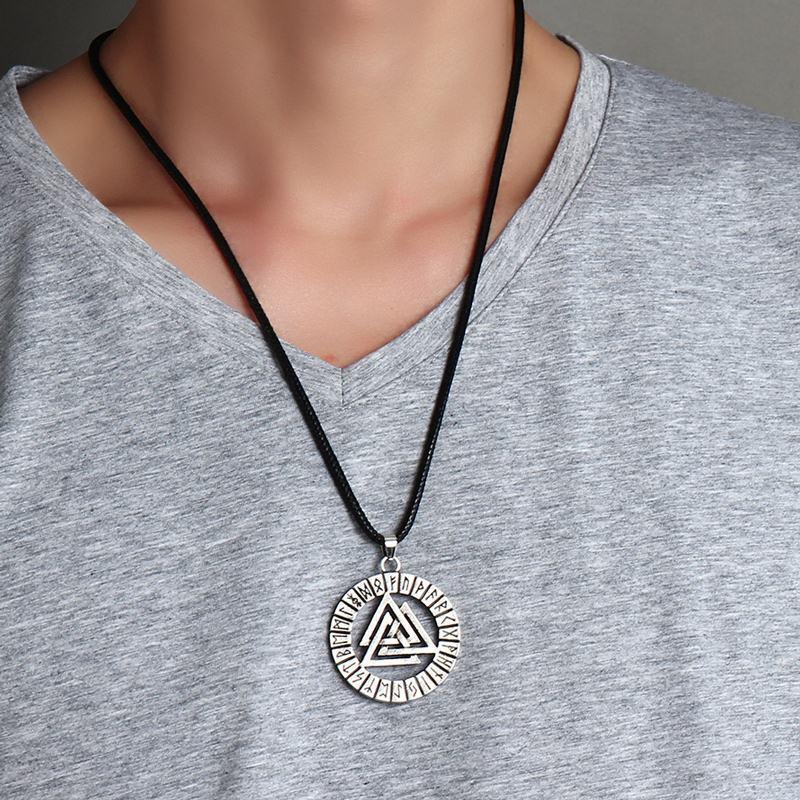 Amulette païenne autour du cou femme