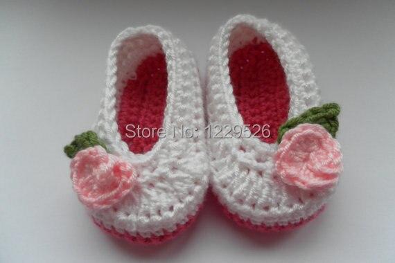 84bffea79a3a5 Crochet bébé chaussures pour bébés âgés de 0 3 mois. lumineux rose semelle,  blanc chaussures avec pâle rose rose et vert feuille chaussures ...