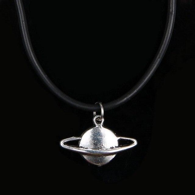 Nouvelle Arrivée Fraîche Planète Saturne Charme Pendantchoker Collier Best Party Cadeau D'anniversaire Pour Les Amis