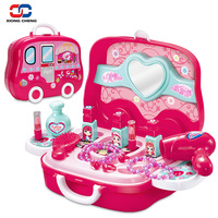 Makyaj Oyunu Oyuncak Set Bebek Kız için Plastik Minyatür saç Kurutma Makinesi Tarak Kolye Bilezik Yüzük çocuk Bavul Oyna Pretend D51