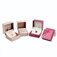 Fashion 1 stks Sieraden Earring Ring Gift Box Rood/Goud Kleur PU Lederen Driehoekige Carving Ketting Fluwelen Verpakking doos