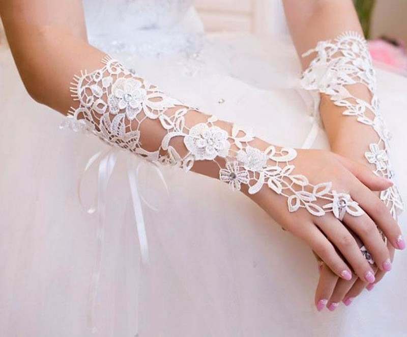 Custom-Made-Bridal-Gloves-Fabulous-Lace-Diamond-Flower-White-Ivory-Glove-Hollow-Wedding-Accessories (3)